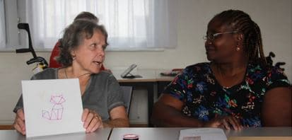 Deux participantes discutent après avoir fini leur création.