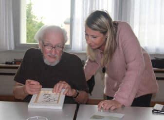 Anouk de AMT Design aide l'un des participants dans la broderie de son tableau au motif renard.
